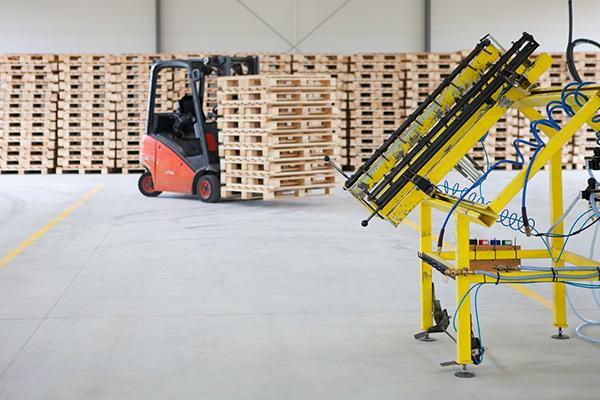 Kampol Logistyka - Wózek widłowy z magazynie palet